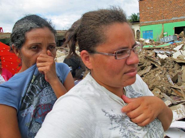 Moradores esperam em fila e reclamam do mau cheiro