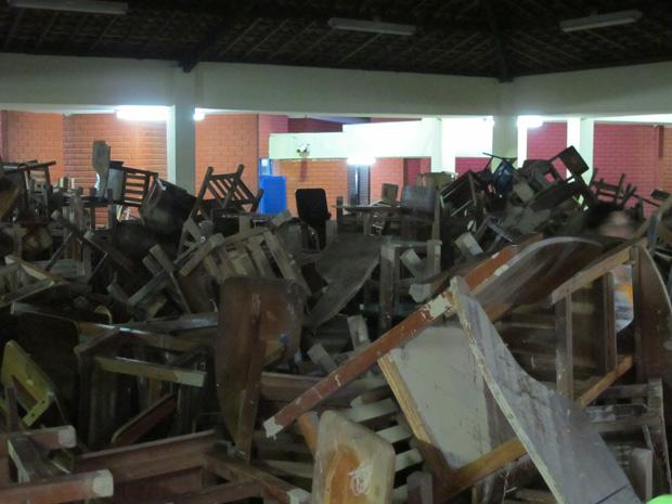 Carteiras de escola em Jaqueira ficaram submersas durante enchente