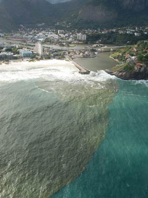 O flagrante, do começo de 2010, mostra a enorme quantidade de  esgoto saindo do Canal da Joatinga.