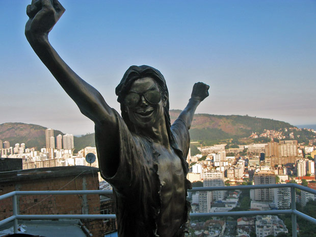 Michael Jackson foi imortalizado em estátua de bronze na comunidade Santa Marta, em Botafogo, na Zona Sul do Rio