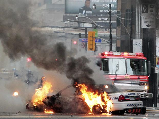 Viatura policial é incendiada em Toronto, durante protestos de manifestantes contra o encontro do G20