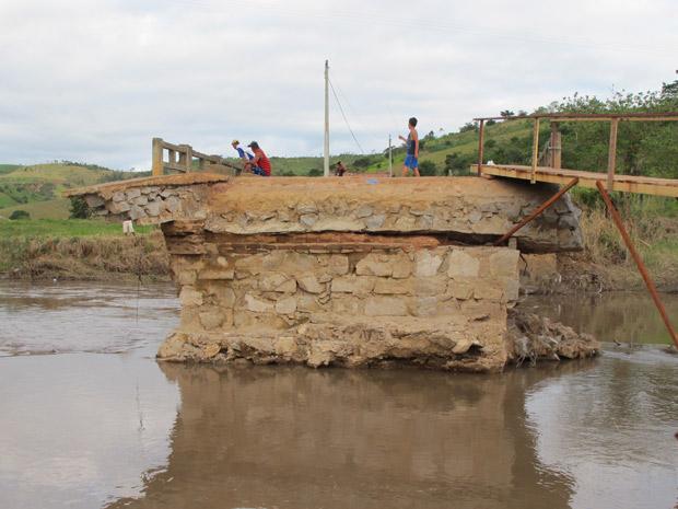 Moradores ficaram isolados após ponte ruir com a enxurrada
