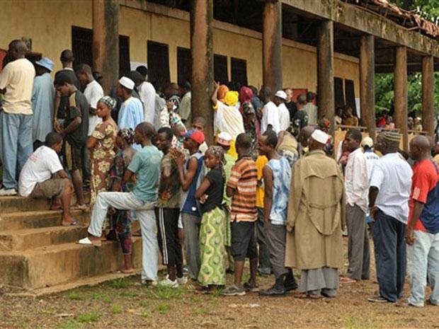 Eleitores comparecem à sessão eleitoral na Guiné para  primeira eleição democrática do país