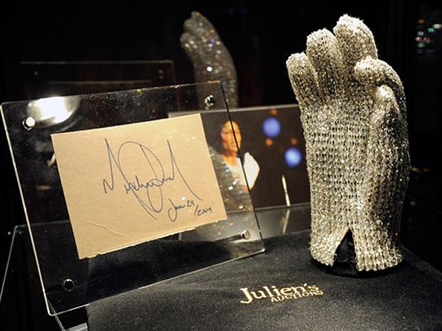 Luva cravejada de cristais que Michael Jackson usou em turnê foi leiloada nos EUA.