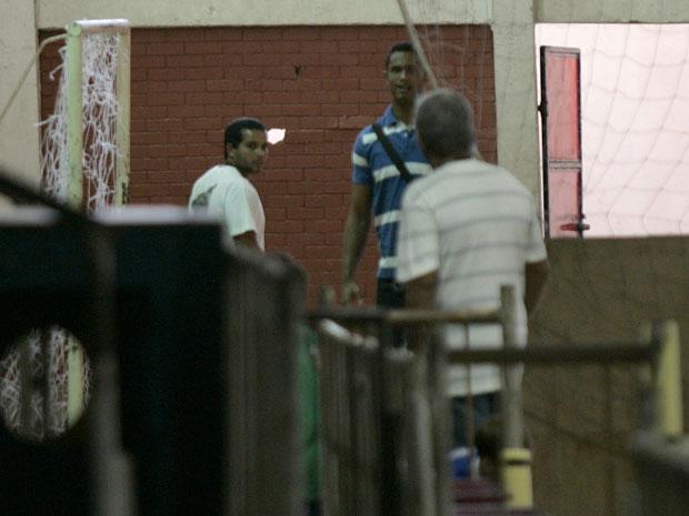 O goleiro Bruno  do Flamengo, de camisa listrada azul e branca, deixa a sede do Clube na Gávea, zona sul do Rio de Janeiro, nesta manhã de segunda-feira (28)