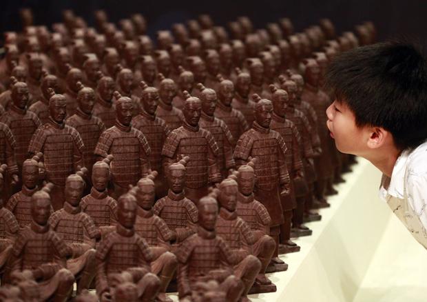 Garoto observa réplica de chocolate dos guerreiros de  Terracota, outra grande atração da exposição.