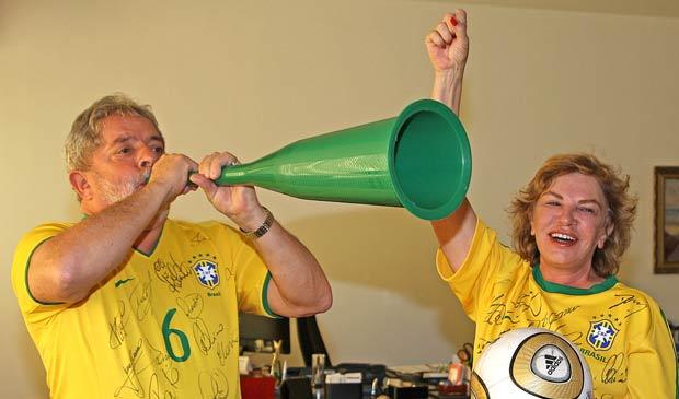 No Palácio do Alvorada, o presidente Lula e a  primeira-dama, dona Marisa, comemoram gol do Brasil no jogo contra o  Chile, nesta segunda (28)