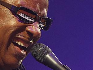 O músico Stevie Wonder se apresenta no último domingo (27) no festival. (Foto: Luke McGregor/Reuters)