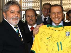 O presidente Lula presenteia o primeiro-ministro da Itália, Silvio Berlusconi, com a camisa da Seleção brasileira,  nesta segunda- feira (29)