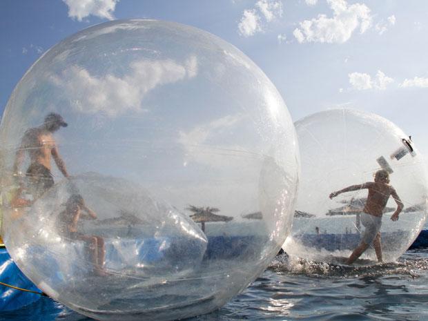 Dupla brinca em bolha instalada em piscina de resort na Rússia