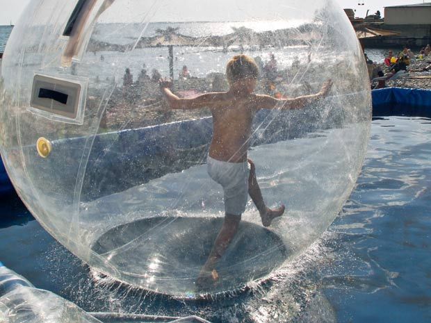 Menino brinca na bolha inflável em resort na Rússia