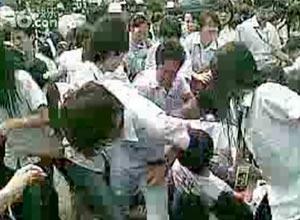 Imagem do confronto de grevistas com polícia na China.