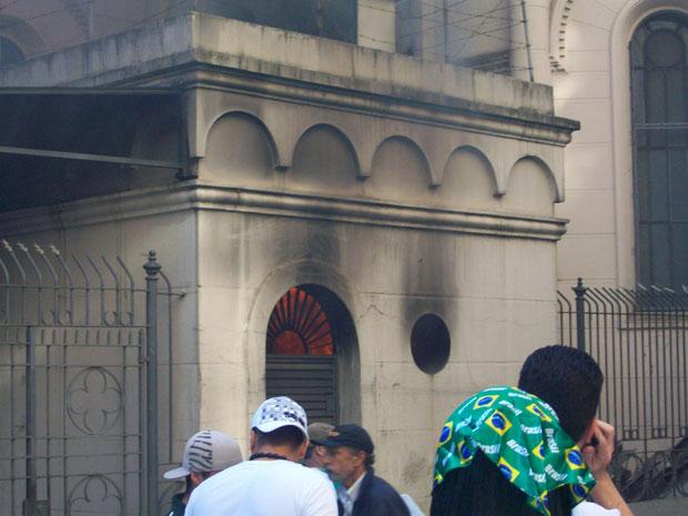 Fogo foi controlado por policiais na igreja da região central de São Paulo