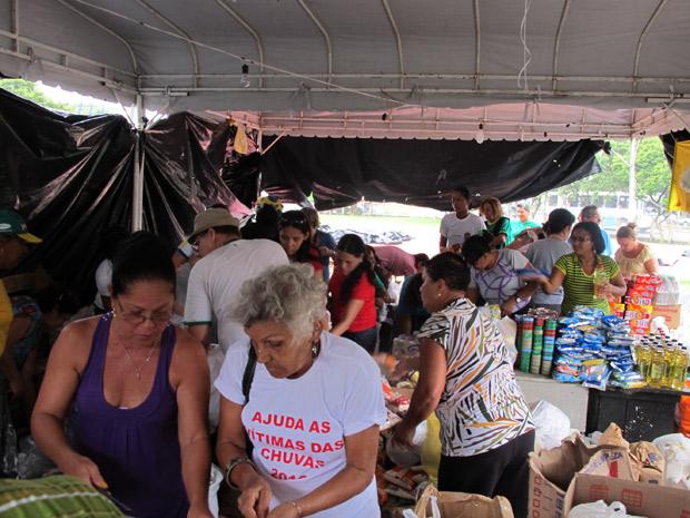 Mais de 250 voluntários trabalham em turno de 12 horas no Quartel da Polícia Militar, no Recife
