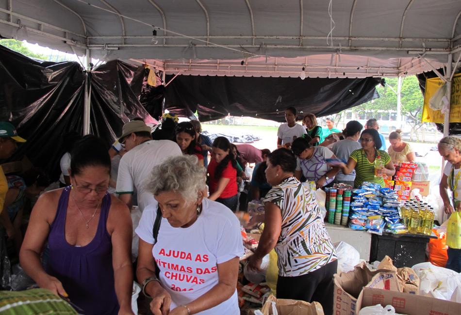Voluntários trabalham no Quartel da Polícia Militar, no Recife, para distribuir donativos