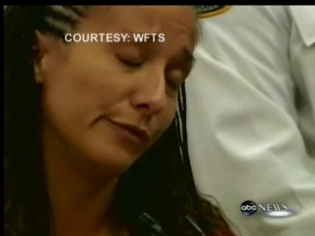 Imagem de TV mostra Stephanie Ragusa durante o julgamento  nesta segunda-feira (28).