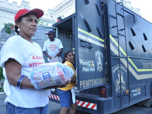 Detentos de duas unidades prisionais de Pernambuco fazem  doação de alimentos para vítimas das cheias