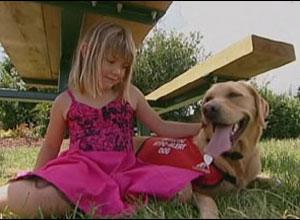 A cadela Shirley e a menina Rebecca.