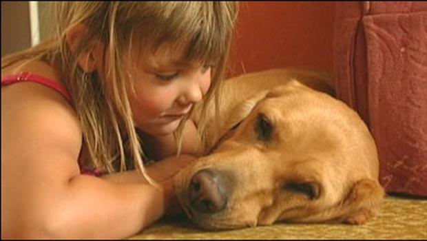 Rebecca e a cadela Shirley.