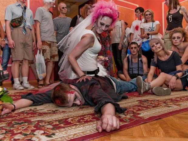 Casal brinca com os convidados