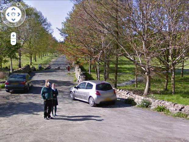 Uma nova imagem de um homem com cabeça de cavalo flagrado pelas câmeras do Google Street View no interior da Escócia está circulando na internet. A primeira imagem na cidade de Abeerden rendeu ao misterioso homem o apelido de 'Horseboy'  ('Menino cavalo')