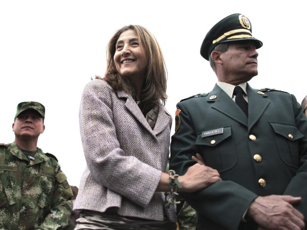 Ingrid Betancourt ao lado de Freddy Padilla, comandante das Forças Armadas da Colômbia, em cerimônia nesta sexta-feira (2) em Bogotá.