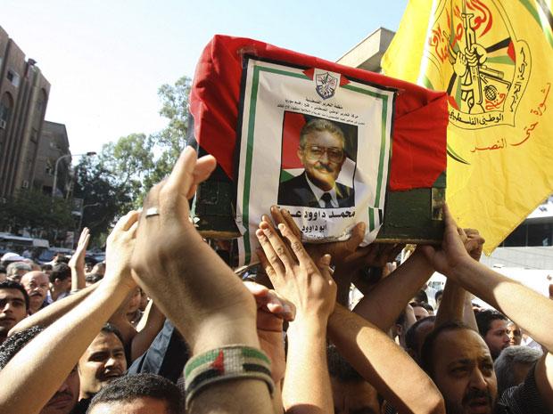 Refugiados palestinos carregam o caixão de Mohammed Oudeh,  comandante do Fattah e articulador do Setembro Negro