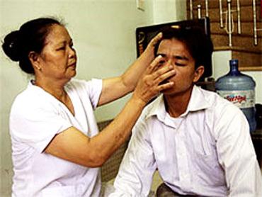 Pham Thi Hong atende um de seus pacientes