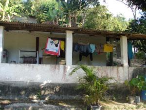 Ana Paula divide o terreno com a mãe. As duas casas foram interditadas pela prefeitura de Niterói.