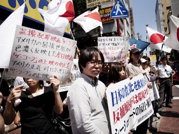 Extrema direita japonesa em protesto contra documentário sobre caça a golfinhos.