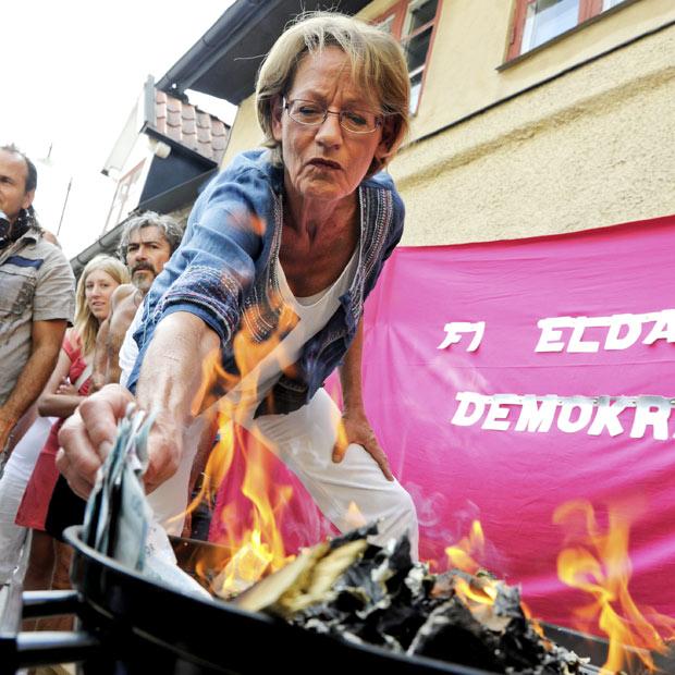 Gudrun Schyman, líder do partido sueco Iniciativa Feminista, queima dinheiro nesta terça-feira (6) na cidade de Visby. A 'queima' de dinheiro foi um protesto contra o pagamento de salários diferentes para homens e mulheres no país. Foram queimadas 100 mil