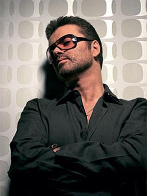 O cantor inglês George Michael.