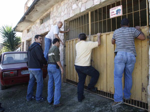 Polícia entra na casa em que estaria corpo de Eliza em MG e encontrar 11 cães Casabh