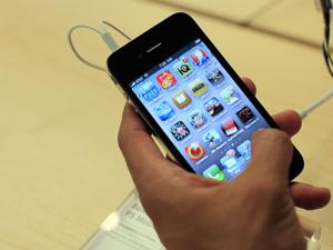 Cliente manuseia iPhone 4 em loja da Apple