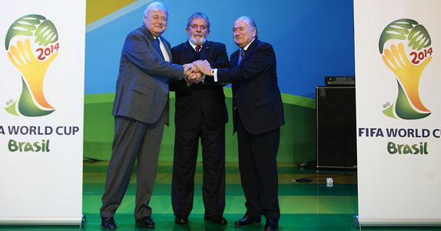 O presidente Lula, o presidente da CBF, Ricardo Teixeira, e o presidente da Fifa, Joseph Blatter, durante cerimônia de início da jornada para a Copa do Mundo da Fifa Brasil 2014