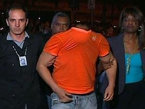 Macarrão escondeu o rosto ao descer do carro da polícia