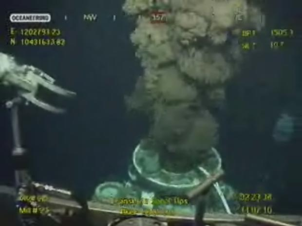 Imagem divulgada pela BP mostra saída livre de petróleo após a remoção do funil, neste domingo (11)