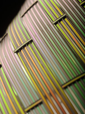 Fibra desenvolvida pelo MIT permite a emissão de diferentes notas
