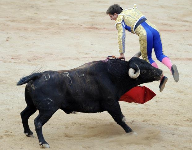 El Juli é atingido por  touro nesta segunda-feira (12) em  arena em Pamplona.