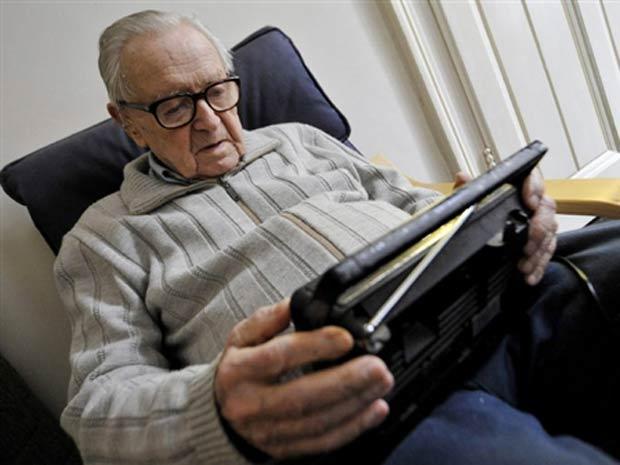 Sandor Kepiro ouve rádio em seu flat em Budapest, aos 94 anos, em foto de 2009
