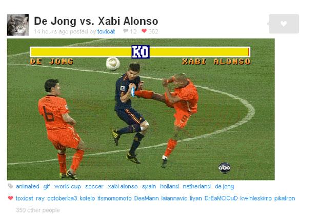 Chute de De Jong em Xabi Alonso se transforma em golpe de 'Street fighter'.