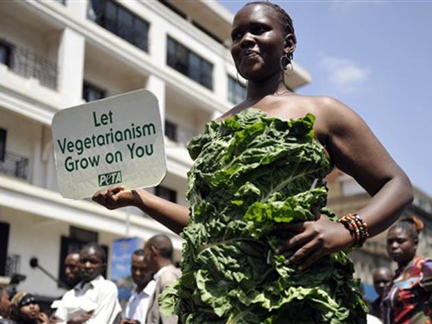 Michelle Odhiambo, militante vegetariana, usa vestido de alface nesta terça-feira (13) em ato pró-vegetarianismo em Nairóbi, capital do Quênia. A 'Lady Alface' da ONG Peta tinha o objetivo de chamar a atenção para o sofrimento de animais que são sacrifica