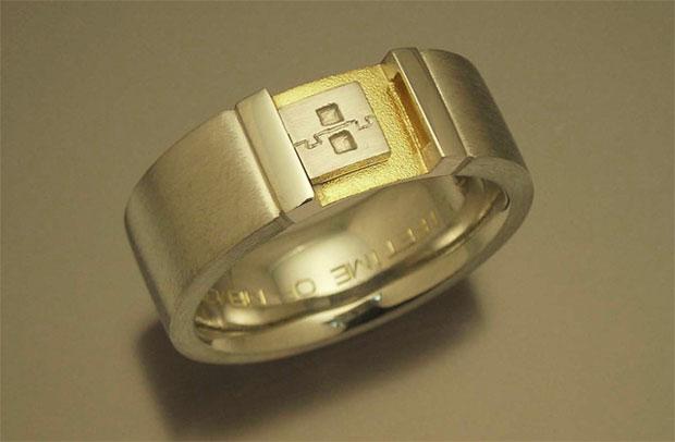 A noiva do engenheiro de desenvolvimento de softwares da Microsoft Game Studios Ray Arifianto presenteou o futuro noivo com um anel de noivado que possui o formato de um pendrive. A escolha do formato foi para chamar mais a atenção do rapaz, um nerd convi