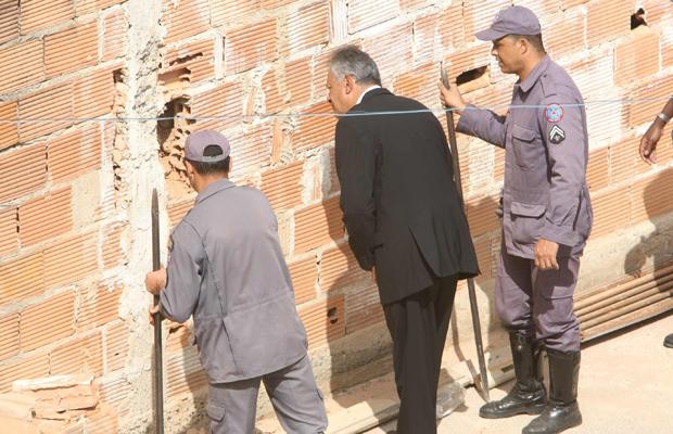 Policiais vasculham parede de casa de suspeito de matar Eliza