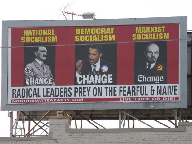 Cartaz pago pelo movimento conservador Tea Party do norte de Iowa mostra lado a lado o nazista Adolf Hitler, o presidente Barack Obama e o líder soviético Lenin, em avenida na cidade de Mason City, na segunda-feira (12). O cartaz compara o 'nacional socia