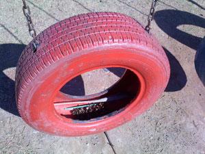 Balanço é feito de pneu pintado