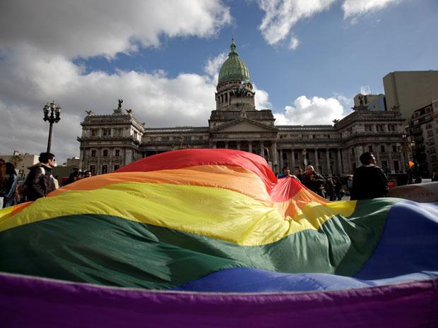 Manifestantes pró-casamento gay fazem ato em frente ao Congresso da Argentina, em Buenos Aires, nesta quarta-feira (14).