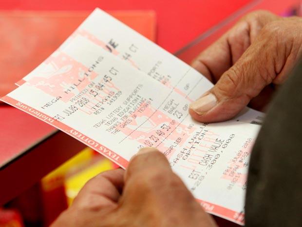 Homem compra bilhete de loteria no Times Market, na cidade texana de Bishop.