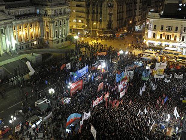 Argentinos se reúnem em frente ao prédio do Congresso, em Buenos Aires, durante votação da lei que permite casamentos entre pessoas do mesmo sexo no país.