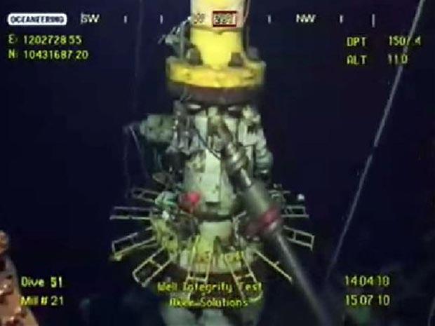 Imagem tirada de vídeo da BP mostra teste no equipamento que tenta controlar o vazamento no poço danificado no Golfo do México, nesta quinta-feira (15).